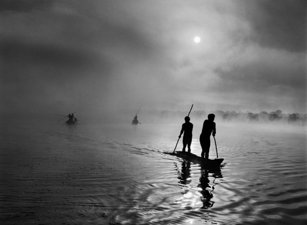 Sebastião Salgado, A group of Waura people fishing